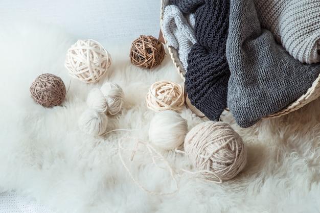 Komposition mit gestrickten pullovern und einem fadenballen Premium Fotos