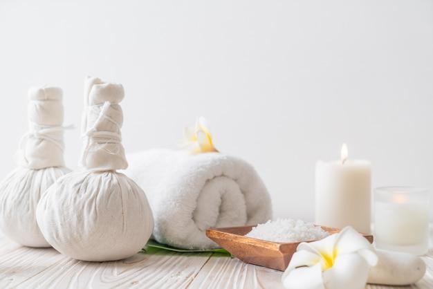 Komprimierender kräuterball des badekurortes mit kerze und orchidee Premium Fotos