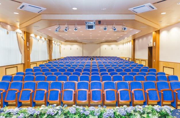 Konferenzsaal mit blauen sitzen Premium Fotos
