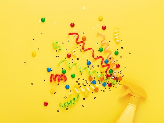 Konfetti auf gelb sprühen Premium Fotos