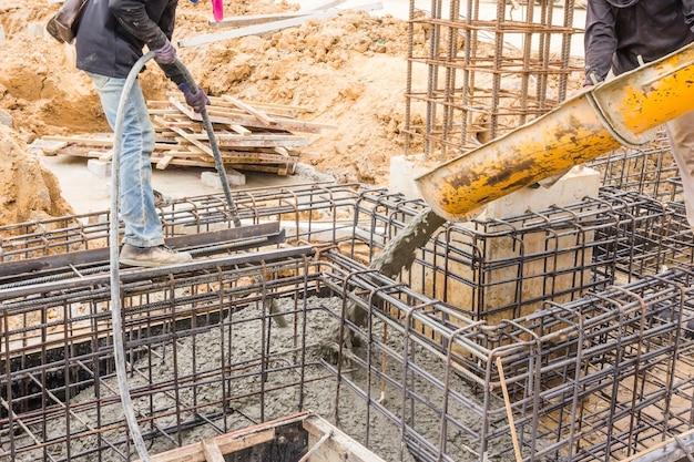 Konkretes gießen während der kommerziellen betonierfußböden von gebäuden in der baustelle. Premium Fotos