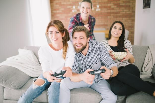 Konkurrierende freunde, die videospiel auf party spielen Kostenlose Fotos