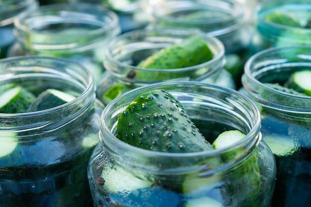 Konservierungssalzprozess gurken für den winter, gläser mit essiggurken Premium Fotos