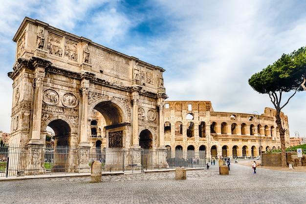 Konstantinsbogen und das kolosseum, rom, italien Premium Fotos