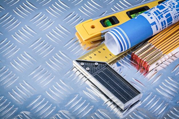 Konstruktionsniveau holzmeter blau gerollte blaupausen versuchen quadrat auf gerillten metallplatte Premium Fotos