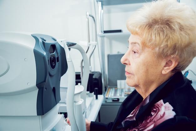 Konsultation mit einem augenarzt. medizinische ausrüstung. coreometrie. Premium Fotos