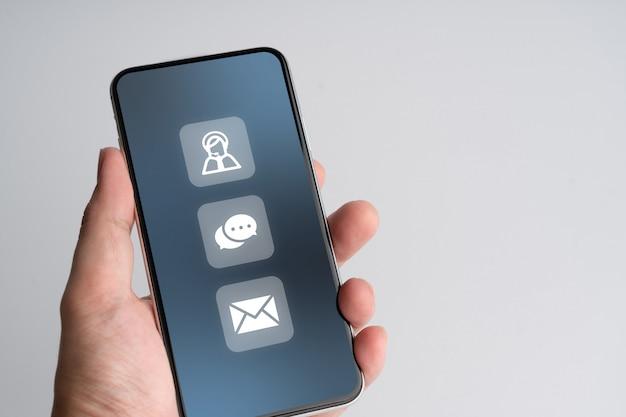 Kontaktieren sie uns geschäftssymbol auf dem smartphone Premium Fotos