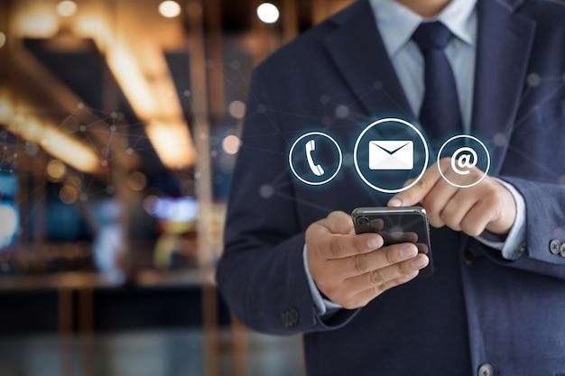 Kontaktieren sie uns (kundensupport-hotline-mitarbeiter connect) Premium Fotos