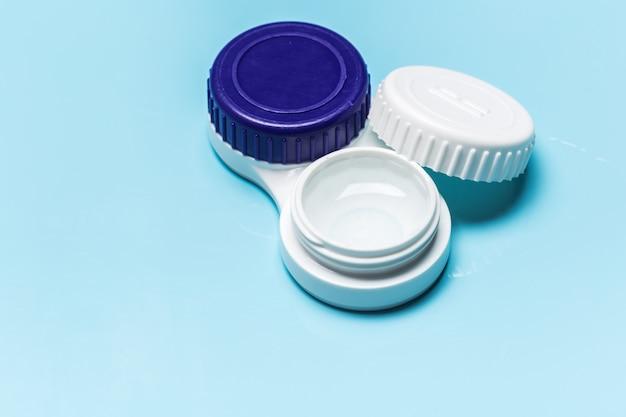 Kontaktlinsen, kontaktlinsenbehälter, pinzette Premium Fotos