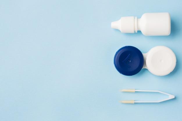 Kontaktlinsen, pinzetten und behälter zur aufbewahrung von linsen Premium Fotos