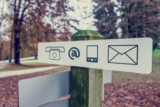 Kontaktschild in einem herbstpark Premium Fotos