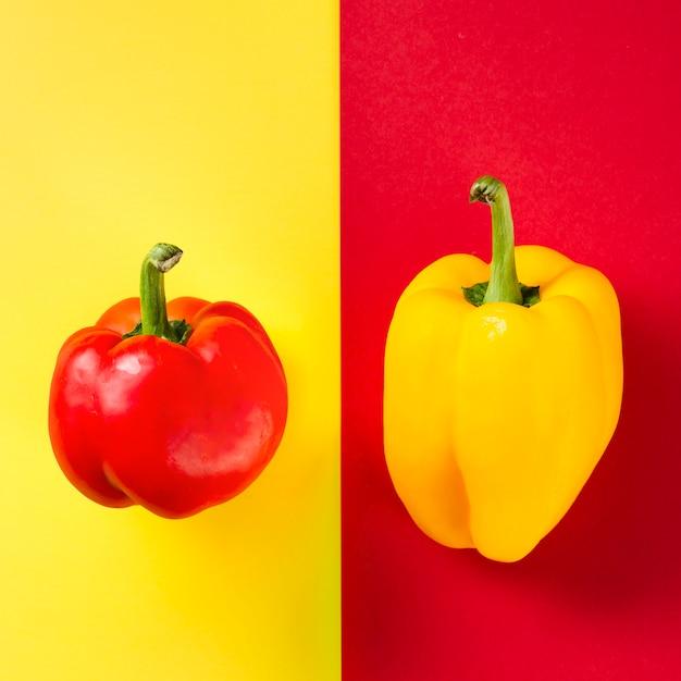 Kontrastierte paprika und hintergrund Kostenlose Fotos