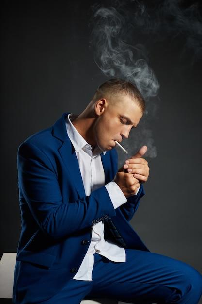 Kontrastporträt eines rauchenden geschäftsmann managers Premium Fotos