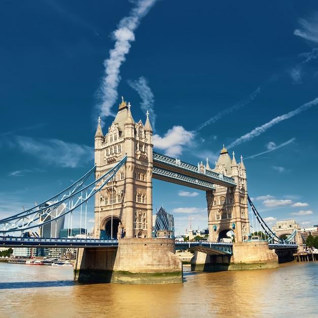 Kontrollturm-brücke an einem hellen sonnigen tag in london, england, großbritannien Premium Fotos