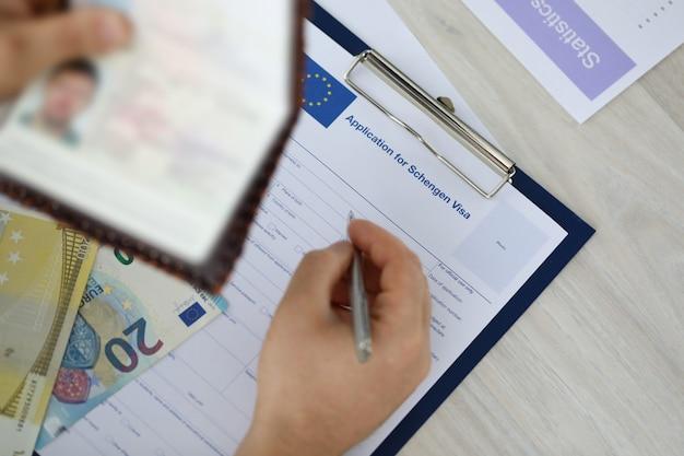 Konzentrieren sie sich auf männliche ausweispapiere und das ausfüllen des antrags Premium Fotos