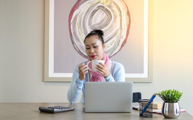 Konzept ältere paare verwenden den laptop für digitales online. ältere, die den gebrauch des laptops studieren Premium Fotos