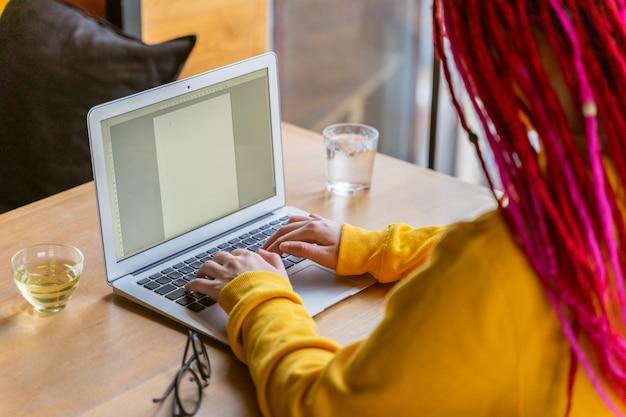 Konzept der arbeit des schriftstellers, journalisten, bloggers. fernarbeit, freiberuflich. helles schönes junges mädchen Premium Fotos