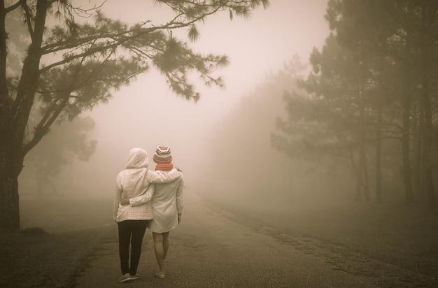 Konzept der besten freunde mit dem mädchen zwei, das für immer geht und umarmt. Premium Fotos