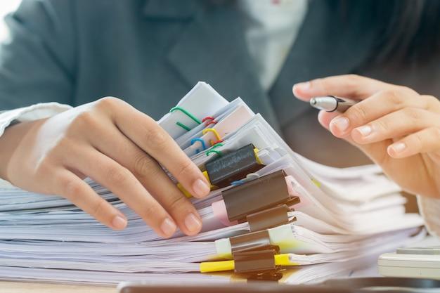 Konzept der buchhaltungsplanung budget geschäftsfrauenbüros, die für die anordnung von dokumenten arbeiten Premium Fotos