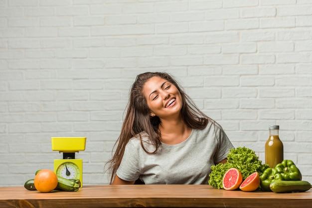 Konzept der diät. porträt einer gesunden jungen lateinischen frau, die spaß lacht und hat Premium Fotos