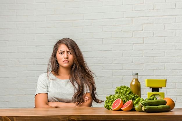 Konzept der diät. porträt einer gesunden jungen lateinischen frau sehr verärgert und verärgert, sehr angespannt und kreischend wütend, negativ und verrückt Premium Fotos