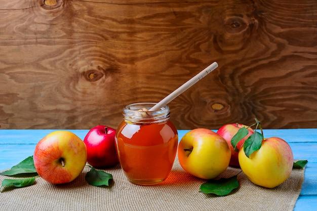 Konzept der gesunden ernährung mit glashonigglas und frischen äpfeln, kopienraum Premium Fotos