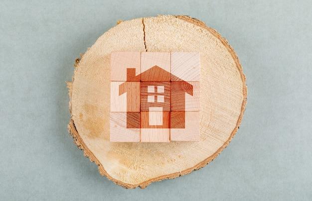 Konzept der immobilie mit holzklötzen, hölzerne menschliche figur draufsicht. Kostenlose Fotos