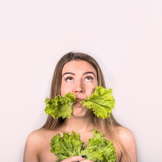 Konzept der jungen frau frischen salat essend Kostenlose Fotos