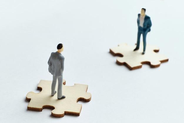 Konzept der kollegen bei der arbeit mit teamstreitigkeiten. Premium Fotos