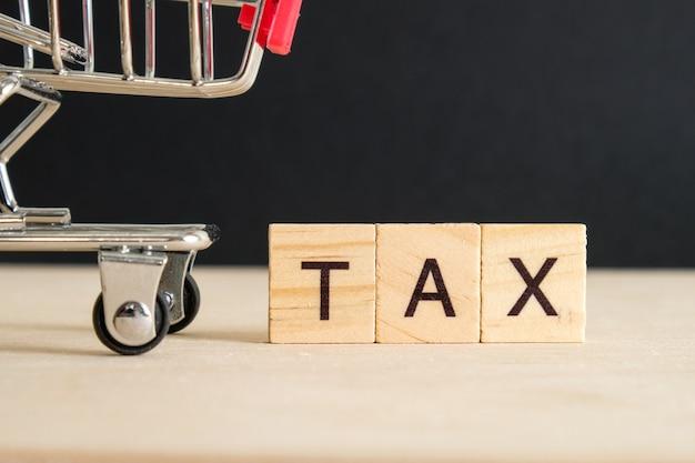 Konzept der zahlung von steuern auf waren. Premium Fotos