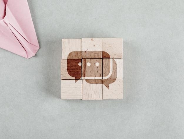 Konzept des geschäfts mit holzklötzen mit nachrichtenbobble-symbol-draufsicht. Kostenlose Fotos