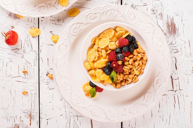 Konzept des gesunden frühstücks mit müsli und frischen beeren. Premium Fotos