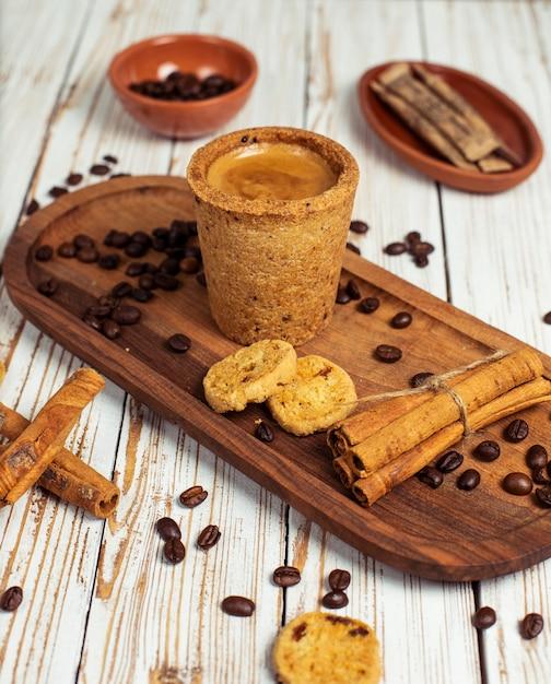 Konzept des gutenmorgens - schaumiger espressokaffee des frühstücks begleitet von den köstlichen plätzchen und vom zimt Kostenlose Fotos