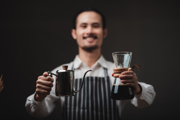 Konzept des kaffeetropffilterprozesses mit kaffeemaschine, café im vintage-stil Premium Fotos