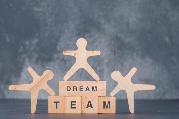 Konzept eines guten teams und geschäfts. mit holzklötzen mit hölzernen menschlichen figuren. Kostenlose Fotos