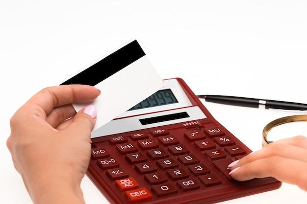 Konzept für das einkaufen im internet: hände mit taschenrechner und kreditkarte Kostenlose Fotos