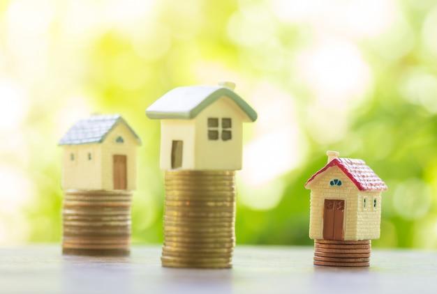 Konzept für immobilienleiter, haus- und münzenstapel für die einsparung, zum eines hauses zu kaufen Premium Fotos