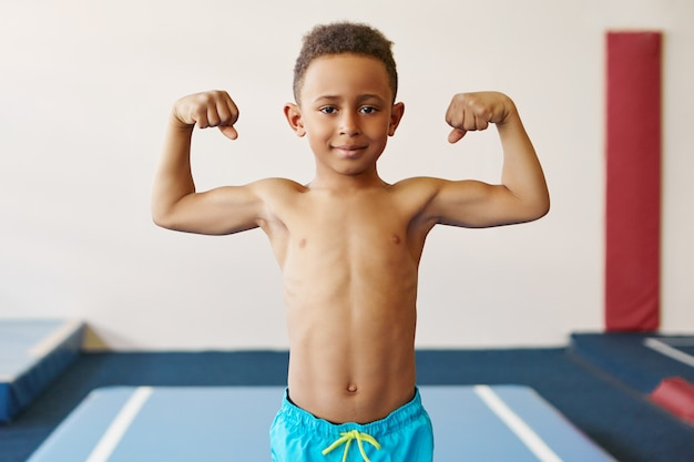 Konzept für kinder, fitness, gesundheit und ethnische zugehörigkeit. Kostenlose Fotos