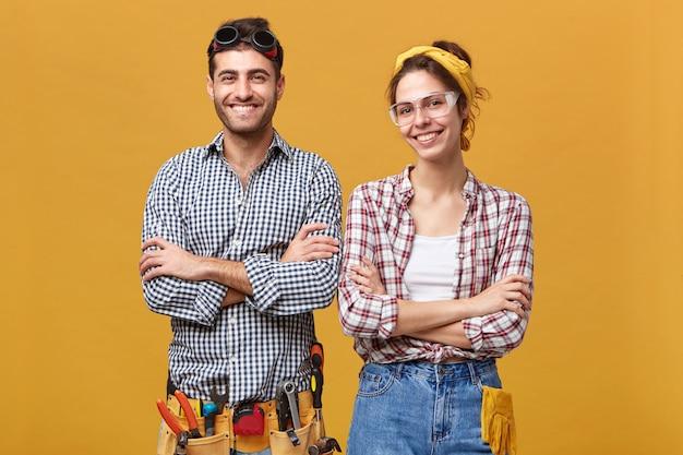 Konzept für menschen, lebensstil, beruf und beruf. porträt der glücklichen selbstbewussten elektrotechnikerin in schutzbrille Kostenlose Fotos