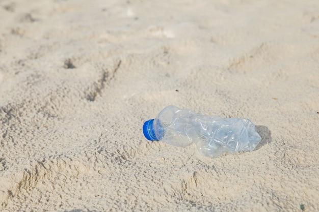 Konzept für umweltkampagne plastikflasche am strand. Premium Fotos