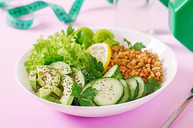 Konzept gesunde ernährung und sport lebensstil. vegetarisches mittagessen gesundes essen. Premium Fotos