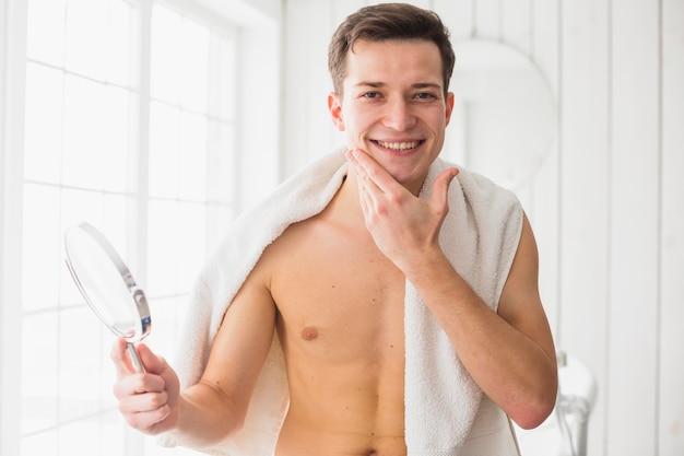 Konzept mit attraktivem jungem mann rasieren Kostenlose Fotos