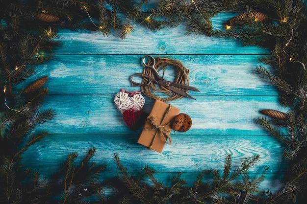 Konzept von weihnachtsartikeln auf blauer weihnachtstabelle. Kostenlose Fotos