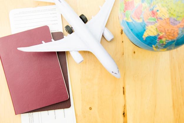 Konzeptreisetransport mit flugzeug. Premium Fotos