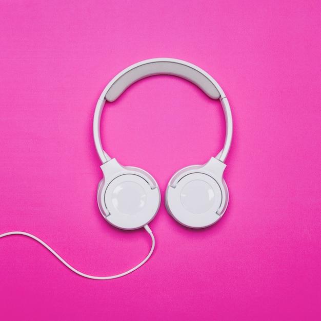 Kopfhörer auf hellem hintergrund Kostenlose Fotos