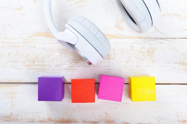 Kopfhörer auf hölzerner schreibtischtabelle Premium Fotos