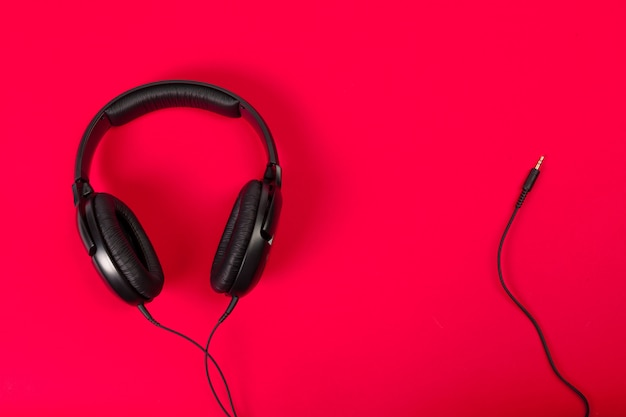 Kopfhörer auf roter fläche Premium Fotos