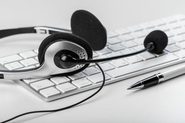 Kopfhörer auf tastaturcomputerlaptop Premium Fotos