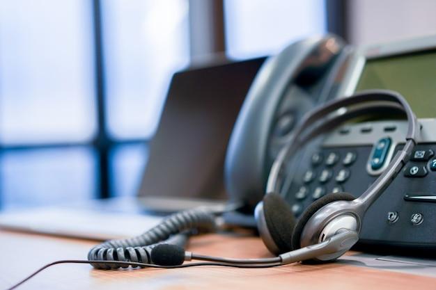 Kopfhörer-callcenter-hotline am computer-bürokonzept Premium Fotos