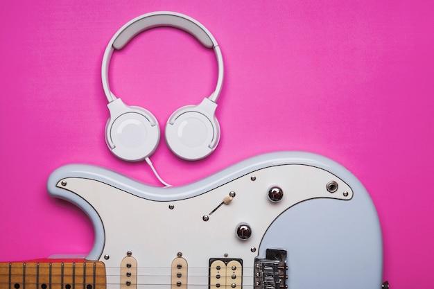 Kopfhörer in der nähe von e-gitarre Kostenlose Fotos